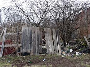 Radom - zniszczone ogrodzenie