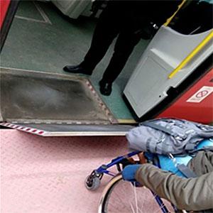 Źle dopasowana rampa wjazdowa do wagonu. Źródło: materiały własne NIK.