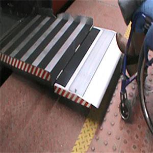 Rampa wjazdowa do wagonu. Źródło: materiały własne NIK.