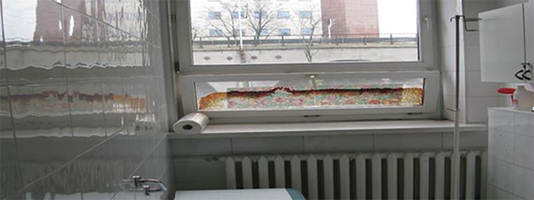 Niezasłonięte okna w ogólnodostępnej łazience na parterze w Szpitalu Solec. Dokumentacja własna NIK sporządzona podczas kontroli.