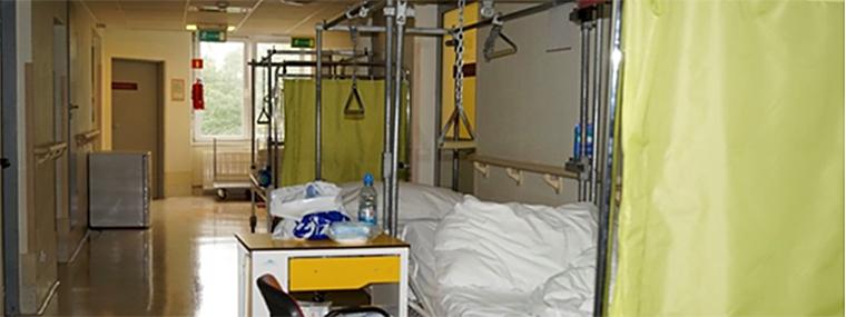 Łóżka pacjentów umieszczonych na korytarzach oddziałów w Szpitalu Bielańskim. Dokumentacja własna NIK sporządzona podczas kontroli.