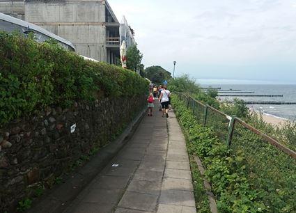 Fotografia chodnika położonego na klifie