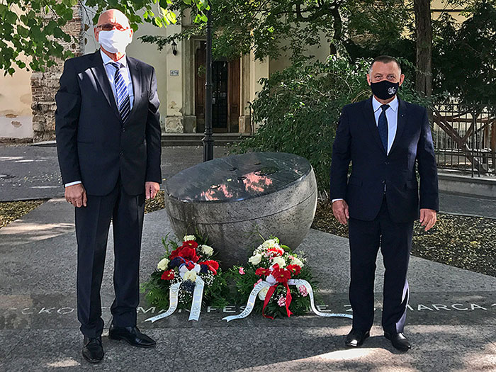 President of NIK Marian Banaś and President of the Slovak SAI Karol Mitrík laid flowers at the Candle Demonstration Memorial.