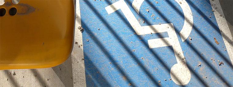 Kamienie z toru żużlowego na miejscu przeznaczonym dla osób poruszających się na wózkach inwalidzkich. Źródło: materiały własne NIK (wykonanie: październik 2019 r.).