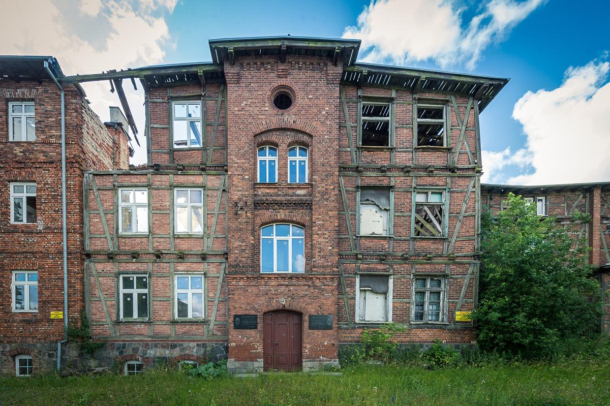 Fotografia przedstawia zrujnowany budynek po KL Soldau wDziałdowie